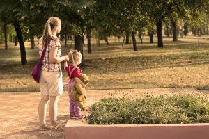 moeder en dochter buiten in het park met lavendel