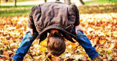 jongen in de herfst buiten