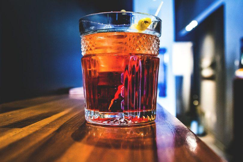 glas vermout op houten bar