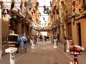 versierde straten tijdens fiesta mayor