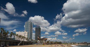 strand met mapfre torens en blauwe lucht met paar wolken