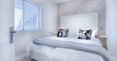 lichte slaapkamer met fleurige kussens