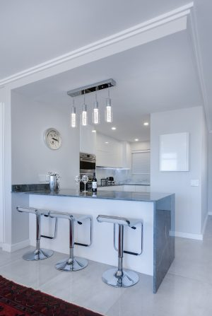 moderne, lichte keuken met hoge stoelen