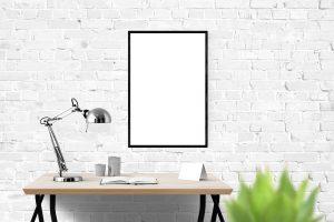 muur met spiegel en bureau ervoor