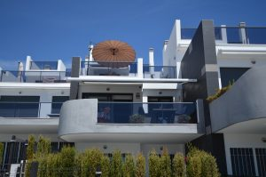 moderne apartementen met glazen balkons