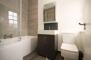 moderne, lichte badkamer met bad en toilet
