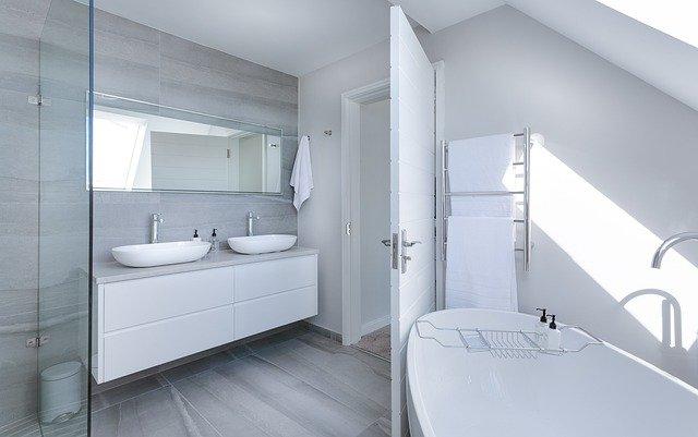witte badkamer met bad
