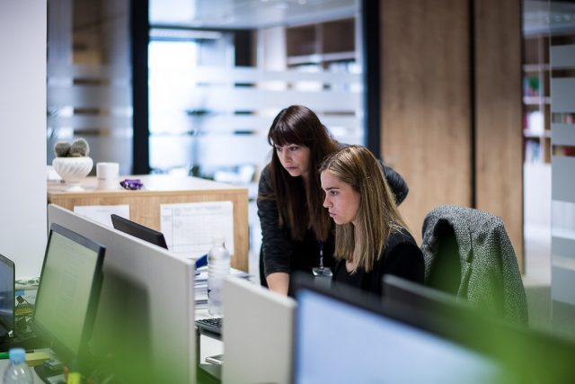twee medewerkers op kantoor