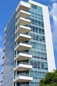 groot appartementsgebouw met balkons
