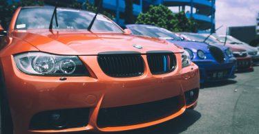 oranje bmw op parkeerplaats