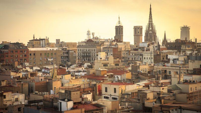 stad barcelona met sagrada familia in klein