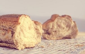 brood in tweeën gebroken op tafelkleed