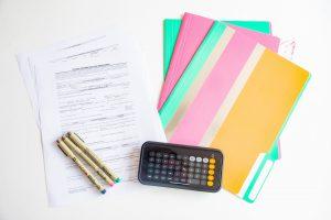 contract met rekenmachine en pennen ter ondertekening
