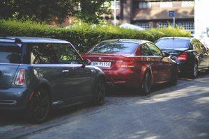 geparkeerde auto's langs de straat