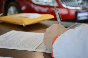 linkshandige ondertekent documenten met gele envelop