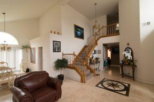 woonkamer met trap naar verdieping