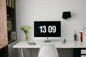 thuiswerkplek met computer en wit meubilair