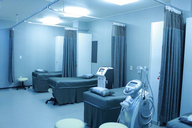 kamer in ziekenhuis met drie bedden
