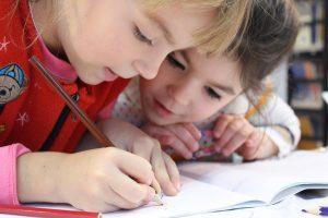 twee meisjes leren schrijven