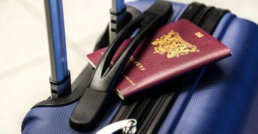 blauw koffer met paspoort