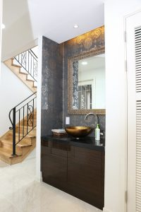 badkamer met trap naar verdieping