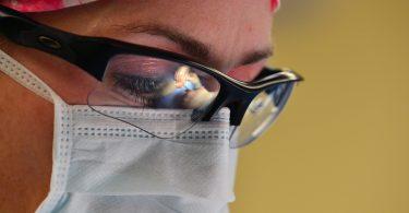 vrouwelijke chirurg met bril