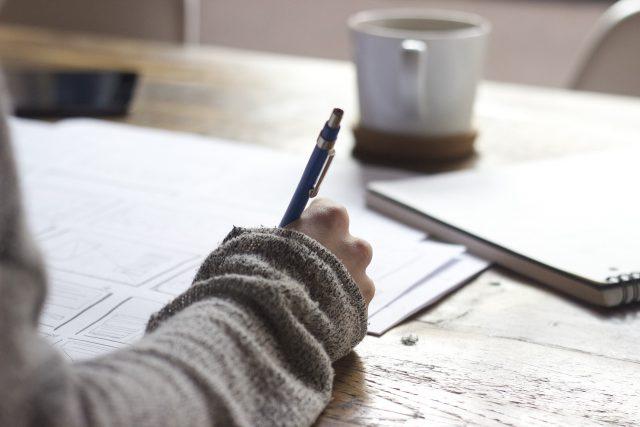 hand met pen tekent documenten