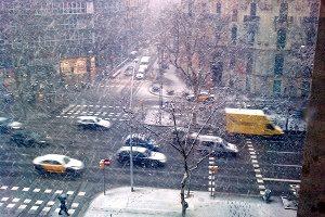 sneeuw valt op kruispunt barcelona