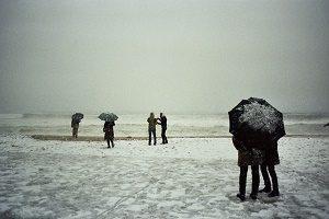 sneeuw op het strand met mensen