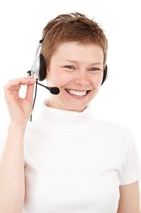 lachende dame met headset in call center