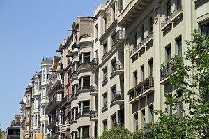 voorkant gebouwen met appartementen barcelona