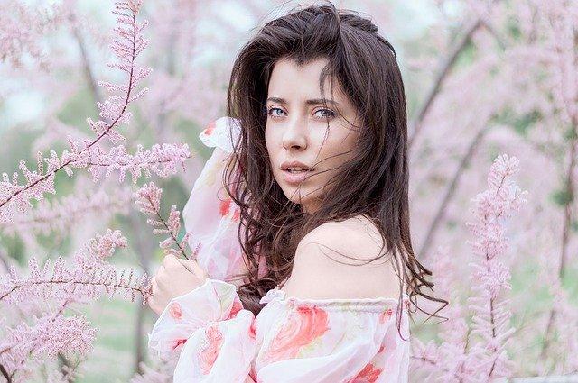 vrouw in roze en roze bloemen