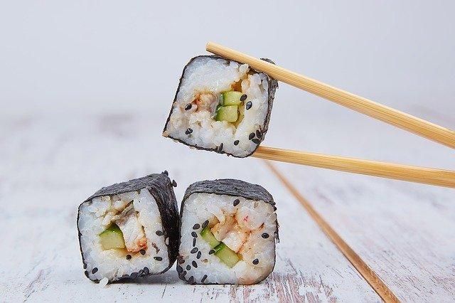 3 stukjes sushi tussen stokjes