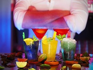 barman achter fleurige cocktails