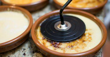 bruin schaaltje met crema catalana dessert