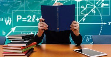 docent zit voor schoolbord in schrift te lezen