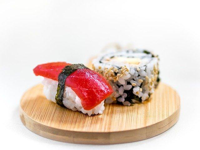 sushi op houten plankje