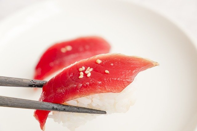 stukje sushi met tonijn