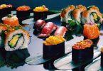 diverse soorten sushi op zwarte ondergrond