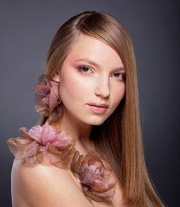 jonge dame met roze details en sluik haar