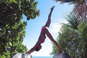 yoga houding met blauwe lucht en bomen