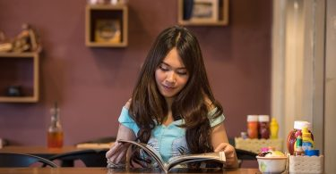 studente zit in cafe boek te bestuderen