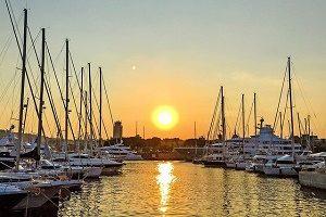 haven barcelona bij zonsondergang