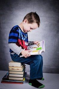 jongetje leest in boek
