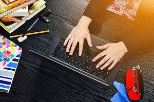 laptop en huiswerk aan bureau maken