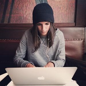 vrouw zit aan laptop te werken
