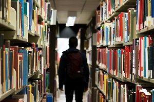 figuur loopt door bibliotheek