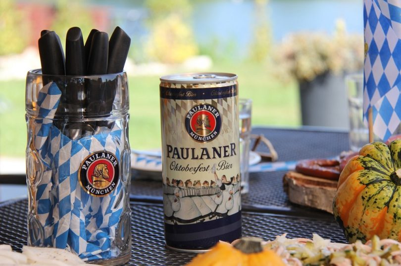 paulaner oktoberfest bier op tafel
