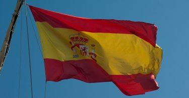 spaanse vlag tegen blauwe lucht