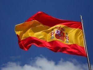 spaanse vlag met blauwe lucht